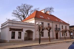 HOTEL POD DEBEM I MIEJSKA INFORMACJA TURYSTYCZNA-1